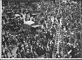 La foule dans Paris - Paris - Médiathèque de l'architecture et du patrimoine - APZ0008195.jpg