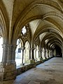 Laon (02), cathédrale Notre-Dame, cloître, galerie sud, vue vers l'est 3.jpg