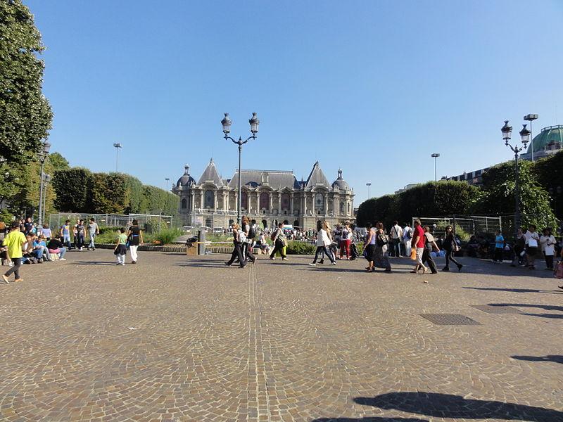 L'édition 2012 de la Braderie de Lille s'est déroulée du samedi 1er au dimanche 2 septembre. Le palais des beaux-arts de Lille est visible en arrière-plan.