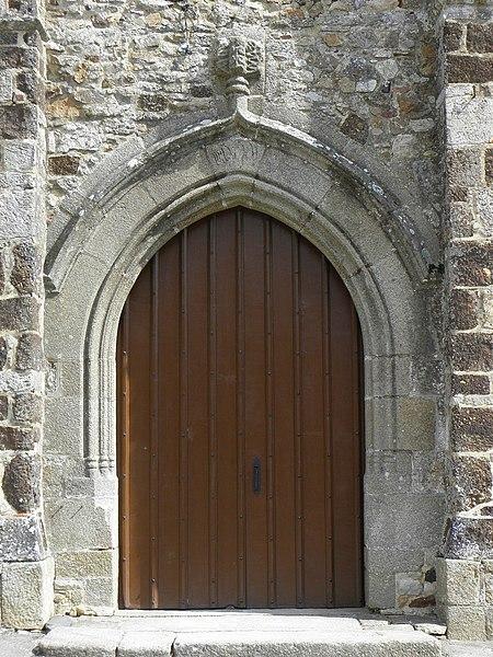 Église Notre-Dame de Livré-sur-Changeon (35). Portail central de la façade occidentale.