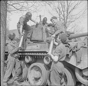 Comet (tank) - Loading 77 mm HV ammunition into a Comet tank
