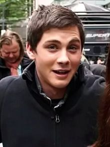 Description de l'image  Logan Lerman on the set of Percy Jackson Sea of Monsters in Vancouver, May 2012.jpg.