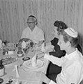 Maaltijd aan het begin van de sabbat. Op de tafel een kiddoesjbeker, glazen wijn, Bestanddeelnr 255-4717.jpg