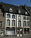 foto van Huis met lijstgevel in Lodewijk XVI-stijl.