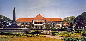 Gedung Balaikota Malang dilihat dari Alun-alun bundar
