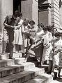 Mariborski dijaki s spričevali v roki na šolskem stopnišču 1958.jpg