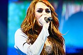 170px-Miley_Cyrus_Wonder_World_concert_at_Auburn_Hills_05