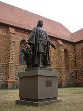 Paul-Gerhardt-Denkmal (1905/2001) vor der Kirche in Mittenwalde, 2006 (Quelle: Wikimedia)