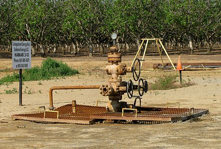 A natural gas well in the southeast Lost Hills Field, California, US. NaturalGasWell.jpg