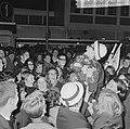 Nederlands Olympische ploeg terug aankomst Schiphol, Ada Kok door supporters op , Bestanddeelnr 917-0522.jpg