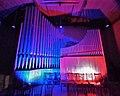 Neusäß, St. Ägidius (Hindelang-Orgel bei Nacht, blau rot) (2).jpg