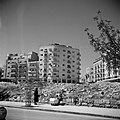 Nieuwbouw in Jeruzalem Flats met op de voorgrond een vrouw met een kinderwagen, Bestanddeelnr 255-0334.jpg