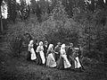 Nils Edvard Hammarstedt vandrar med bygdens ungdom ut till en gammal källa trefaldighetsafton 1908 i Lövmarken, Söderberke, Dalarna - Nordiska Museet - NMA.0048116.jpg