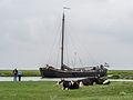 Oud vrachtschip loopt de haven van Noordpolderzijl binnen.jpg