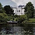 Overzicht over het water, zichtbaar zijn de draaibare koepels - Leiden - 20350256 - RCE.jpg