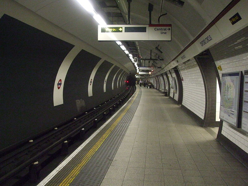 File:Oxford Circus stn Bakerloo southbound look north.JPG