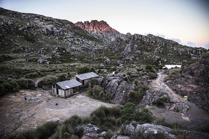 Arquivo: Parque Nacional do Itatiaia e abrigo Rebouças.jpg