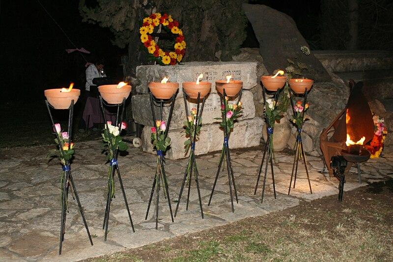 יום הזכרון - ליד אנדרטת הזכרון
