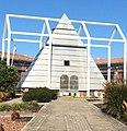 Place de la Révolution, la Pyramide du bicentenaire de la Révolution française (1989, par l'architecte J. P. Dubourg, le paysagiste R. Witteronghel, et M Eychenne de la société Bet Bati).jpg