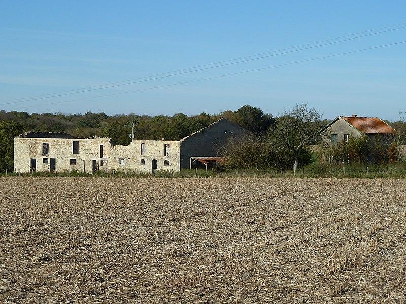 """Possesse 51, Vadivière (""""vadum veriœ"""", gué sur la Vière, du nom du ruisseau que l'on traverse à cet endroit.), au bord de la route RD 994 (ancienne Voie romaine Reims-Metz). Certains y voient la station romaine nommée """"Ariola"""", que d'autres localisent à """"Maison du Val"""" - localisation: 48.905186,4.89326 - ce bêtiment en ruines a été détruit peu après cette photo."""