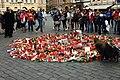Praha, Staroměstské náměstí, rozloučení s třemi zahynulými českými hokejisty, svíčky.jpg