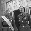 Prins Bernhard met de Canadese generaal Crerar aan wie het het Grootkruis in de , Bestanddeelnr 900-5510.jpg