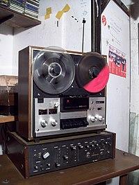 9840b4817f9 Grabador Hitachi capaz de registrar sonidos a 7 1 2 pulgadas por segundo.  Este tipo de máquinas son las más profesionales para uso hogareño.