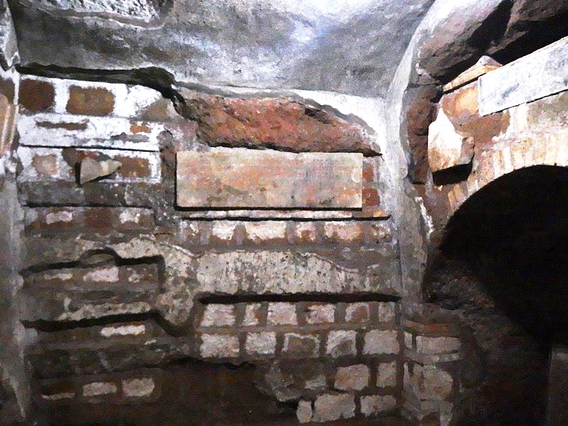 File:Roma, Catacombe di San Sebastiano (2).jpg