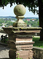 Säule am Eingang der Altstadtkirche St. Maria in vinea in Warburg 04.jpg