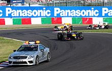 La safety car in azione alla testa del gruppo durante il Gran Premio del Giappone 2009.