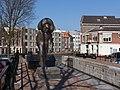 Schiedam, sculptuur de Zakkendrager aan de Nieuwe Sluisstraat foto5 2016-03-13 14.38.jpg