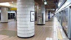 Seoul-metro-543-Janghanpyeong-station-platform-20180915-075956.jpg
