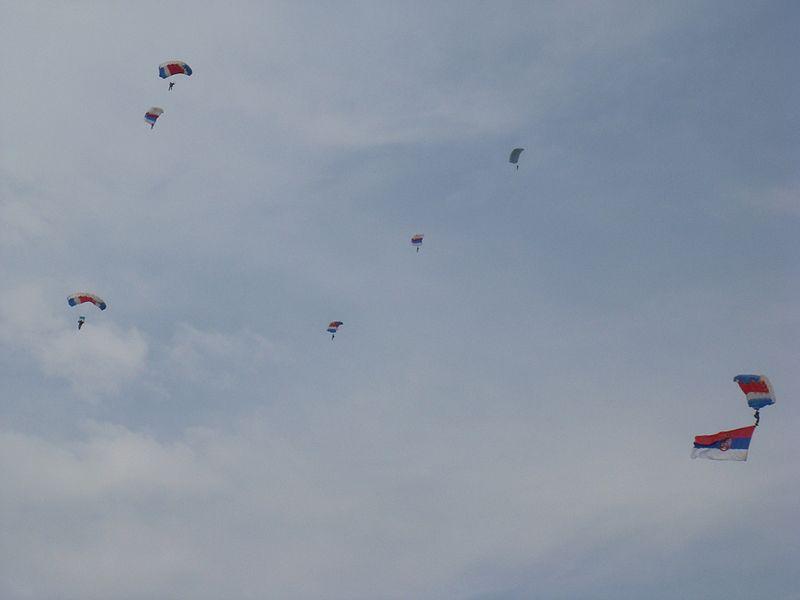 File:Serbian paratroopers at Batajnica Airshow 2009 - panoramio.jpg