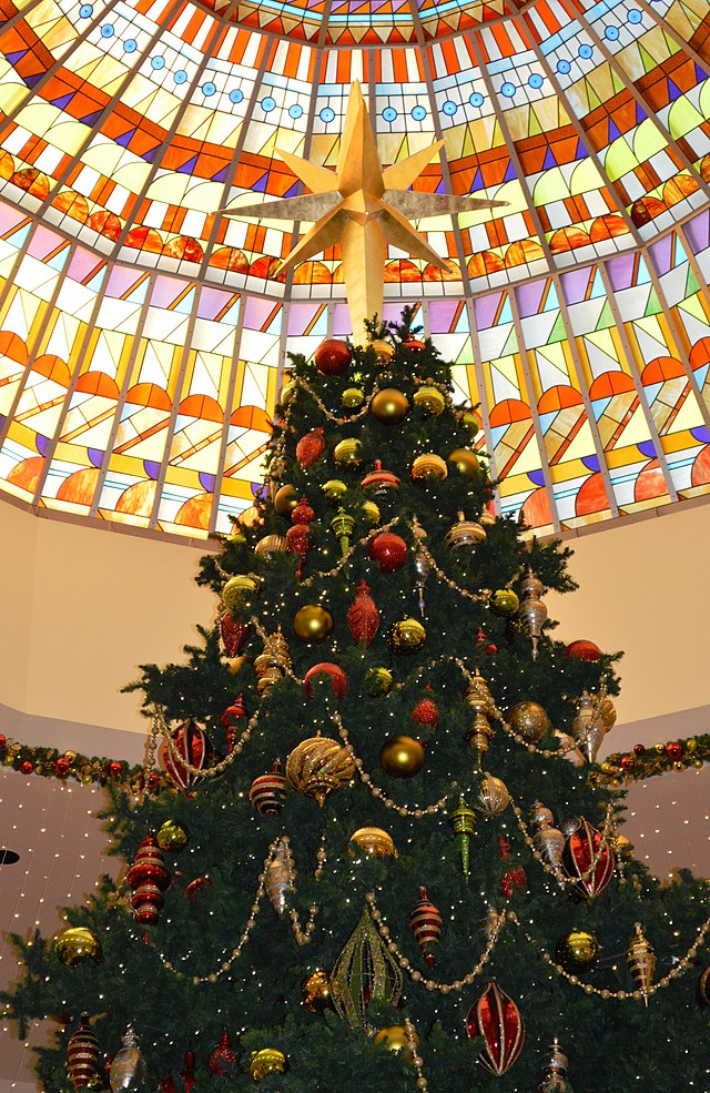 Nandaro CC BY-SA 3.0 https://en.wikipedia.org/wiki/Christmas_tree#mediaviewer/File:South_Coast_Plaza_%282013%29_01.jpg