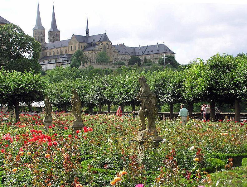 Datei:St Michael vom Rosengarten aus.jpg