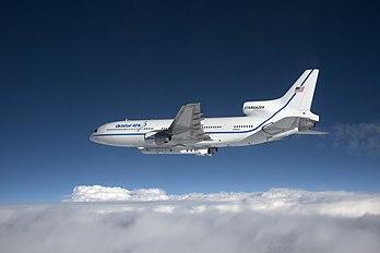 Avion Lockheed L-1011 TriStar transportant une fusée Pegasus abritant les satellites météorologiques CYGNSS, le 12 décembre 2016, en vue de leur lancement qui ne sera effectué que trois jours plus tard à la suite d'un report. (définition réelle 7360×4912)