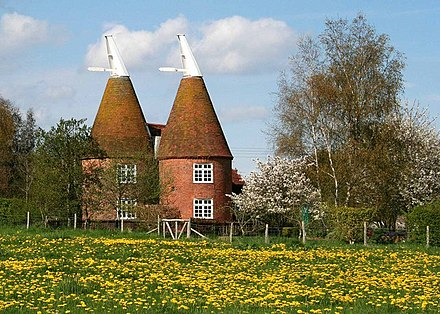 Converted oast houses at Frittenden StreetFarmOastFrittendenKent(ValVannet)Apr2006.jpg
