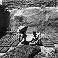 Syn Bobo-Szira wykonujący z pomocnikiem cegły, które następnie suszone są na słońcu - Daulatabad - 001707n.jpg