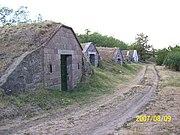 Tardot körülvevő dombok oldalában található borospincék