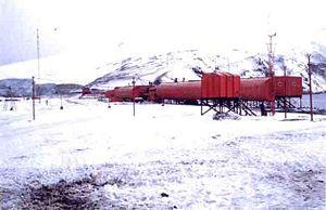 Die ehemalige argentinische Station Corbeta Uruguay auf der Morrell-Insel 1981 vor ihrer Zerstörung