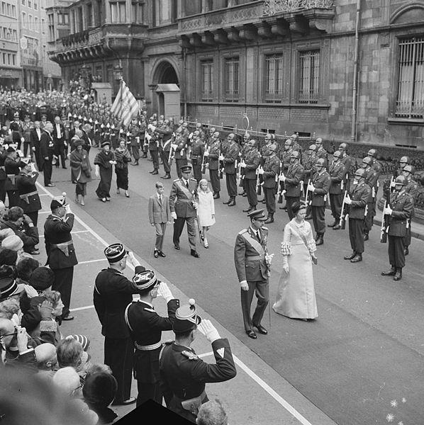 """Original caption:  """"De troonwisseling in Luxemburg, na de eedsaflegging wande het gezelschap van parlement naar het Paleis. """" — Nationaal Archief"""