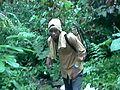 Un paysan lors de la pulvérisation du cacao.jpg