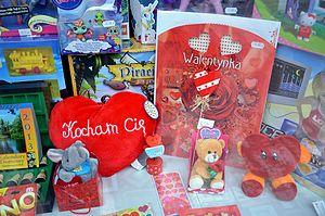 Valentinstagsdekoration eines Schaufensters in Sanok