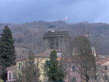 La svettante torre del Piccinino del castello Fieschi nel centro di Varese Ligure