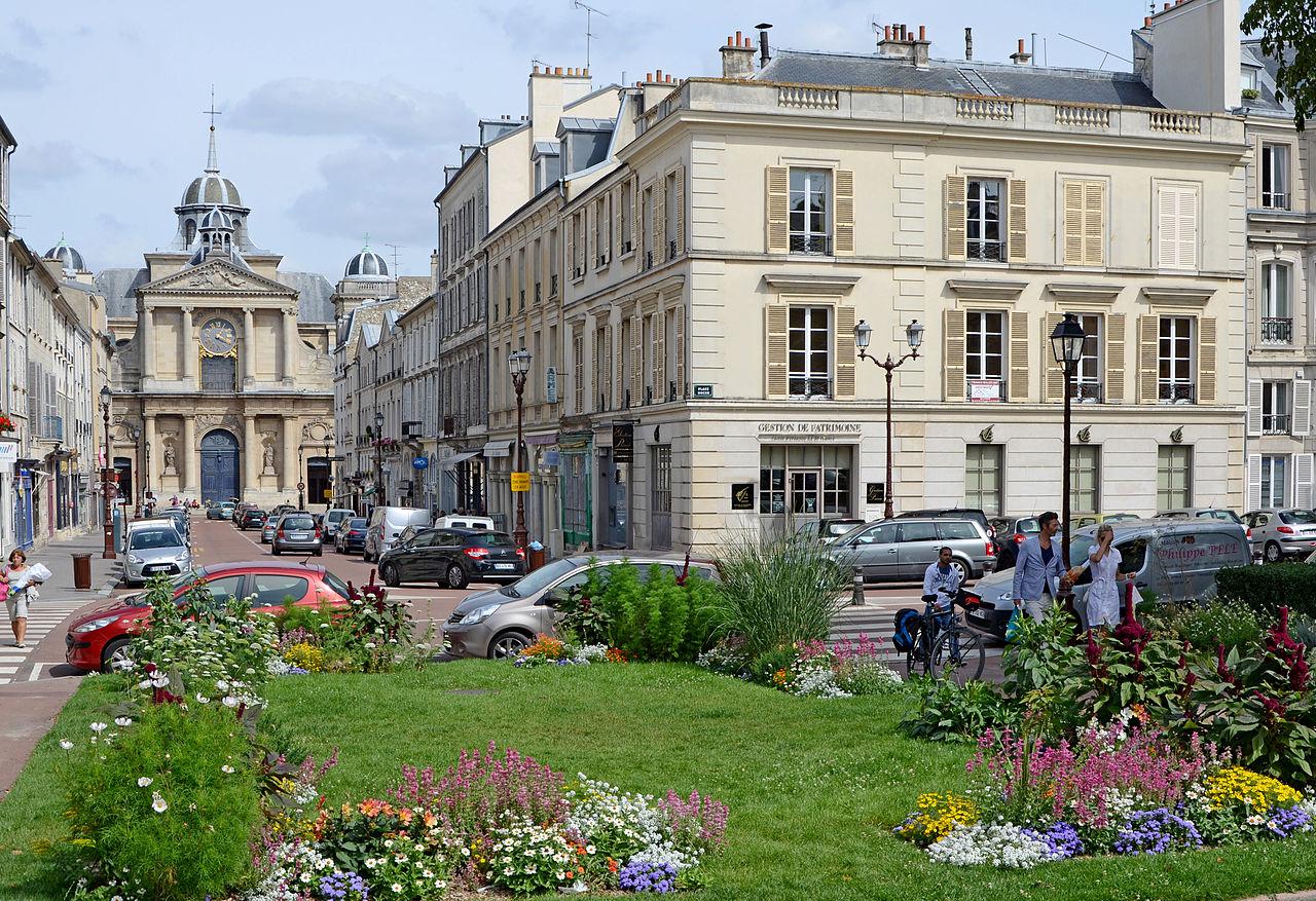 Bien-aimé File:Versailles-Immeuble-adjacent-au-5-place-Hoche-et-Eglise-Notre  LP03