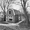 foto van Houten huis met gerabatte wanden met zolderverdieping onder mansarde-kap