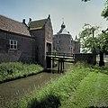 Voorburcht, overzicht van het poortgebouw met op de achtergrond het kasteel - Ammerzoden - 20423948 - RCE.jpg