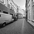 Voorgevel in de steigers tijdens restauratie met straatbeeld - Breda - 20332256 - RCE.jpg