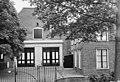 Voorgevel van bijgebouw met twee dubbele deuren, luik met hijsbalk en toegangshek - Breukelen - 20400407 - RCE.jpg