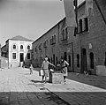 Vrouwen bij een waterput in de wijk Mea Shearim het gebouw op de achtergrond is, Bestanddeelnr 255-0403.jpg